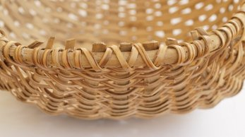 WISGED – basged draddodiadol Gymreig wedi ei llunio o stribedi o dderi a mieri / WHISKET – a traditional Welsh basket made from oak strips and briar.